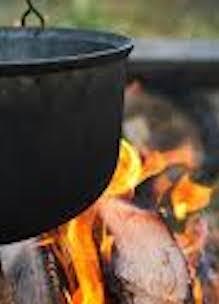Workshop op de agenda uitgebeeld met een detail van een slow cooking pan op een houtvuurtje