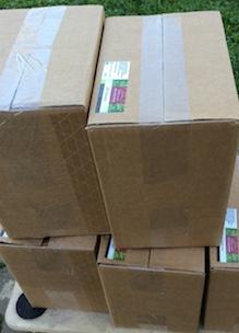 Stapel doosjes met producten   geen verkooppunten in de buurt dan leveren wij aan huis