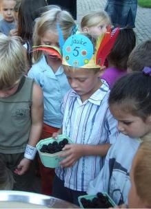 Een jarige job met bakje zelfgeplukt fruit tijdens verjaardagsfeestje bij Sprankenhof Udenhout
