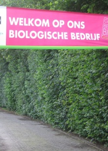 Oprit Sprankenhof Udenhout Tilburg Noord-Brabant Nederland met spandoek Welkom op ons biologisch bedrijf