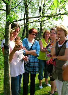 Groep dames krijgt uitleg over biologische landbouw en natuur tijdens rondleiding Sprankenhof Udenhout