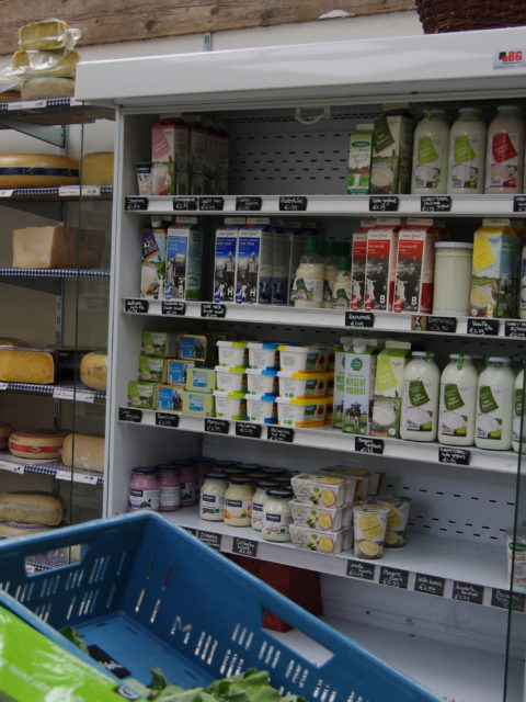 Biologische zuivel in de wandkoeling van de winkel in Udenhout