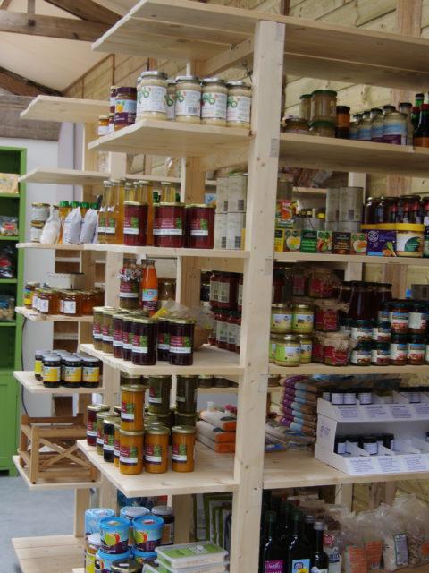 Rekken met de biologische producten in de winkel