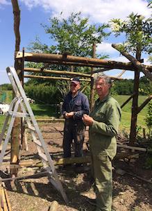 Vrijwilligers creatief handig bouwen een bijenstal bij Sprankenhof vacatures