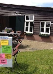 Flipover met brainstorm papiertjes bij locatieverhuur Sprankenhof buiten vergaderen in Udenhout