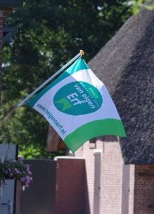 Vlag bij biologische winkel Sprankenhof Udenhout Tilburg Noord-Brabant met van eigen erf logo