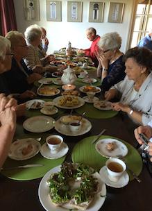 groep mensen geniet van hightea wisselende recepten afhankelijk van het seizoen