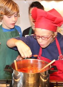 Jarige job kookt diner met zijn kinderfeestje en proeft uit pan bij kookfeestje Sprankenhof Udenhout