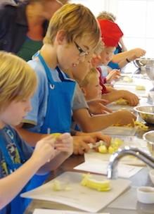 Kinderen koken zelf in kookstudio Sprankenhof tijdens kookfeestje