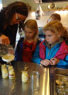 Kinderen maken zelf appelmoes tijdens educatief programma over de natuur en biologie bij Sprankenhof Udenhout