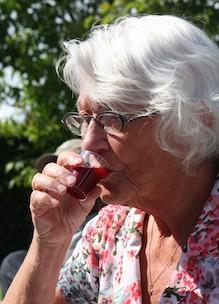 mevrouw drinkt uit glaasje tijdens proeverij heerlijke biologische producten Sprankenhof activiteiten Udenhout