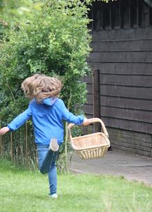 Meisje rent met plukmand biologische pluktuin Sprankenhof in