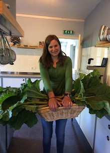 Stagaire Ilse vult een van de vacatures met stage op biologische boerderij Sprankenhof Udenhout Tilburg