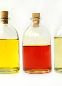 Een drietal flesjes als bij Workshop EHBO met kruiden bij Sprankenhof Udenhout