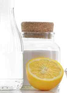 flesjes en halve citroen zoals bij Workshop Een schoon en fris huis met kruiden en geuren bij Sprankenhof Udenhout