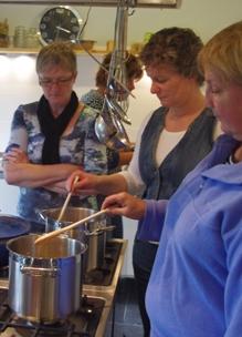 dames roeren in pannen tijdens de biologische workshop bakken zonder suiker in kookstudio Sprankenhof Udenhout